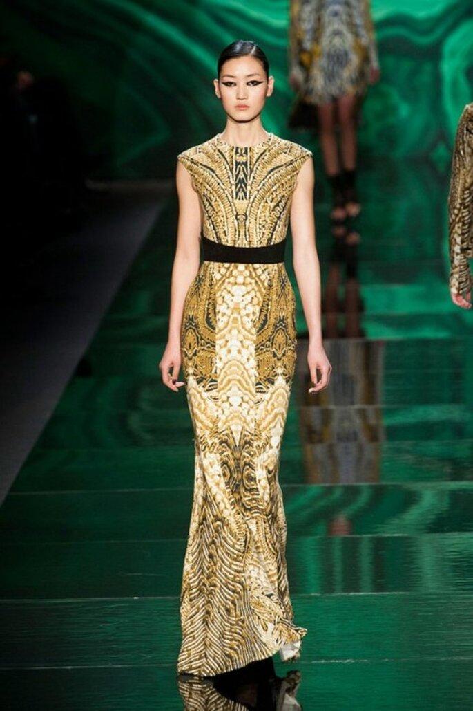 Vestido de fiesta largo en color dorado con fajín negro - Foto Monique Lhuillier