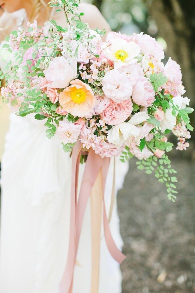 Rosa Blumen für die Hochzeitsfeier - Foto Avec L'Amour Photography