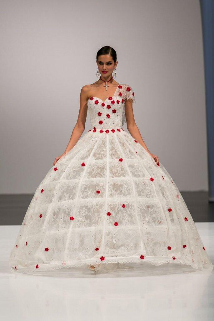 Ein Meer aus Blüten verwandelt das Kleid von Amelia Casablanca in einen Traum für Romantiker. Foto ©SiSposaItalia via Press Office Fiera Milano