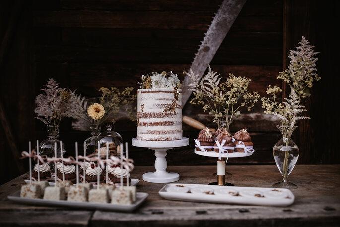 Hochzeitstorte Gartenhochzeit Naked Cake weiß und gelb Sweet Table