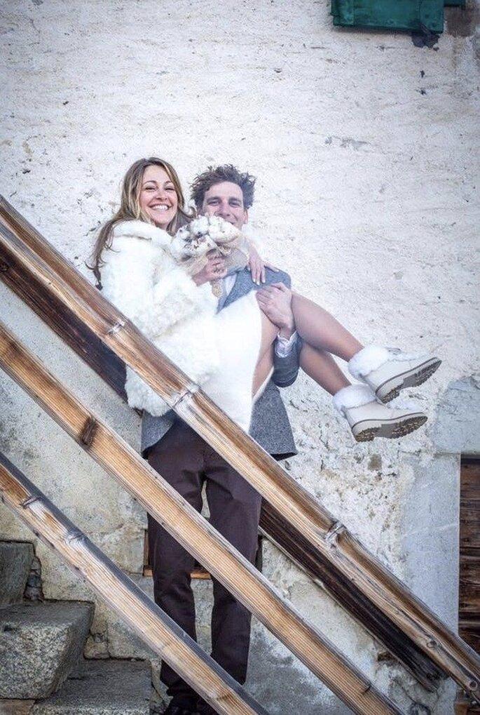 Couple de jeunes mariés heureux en tenue de mariage à la montagne