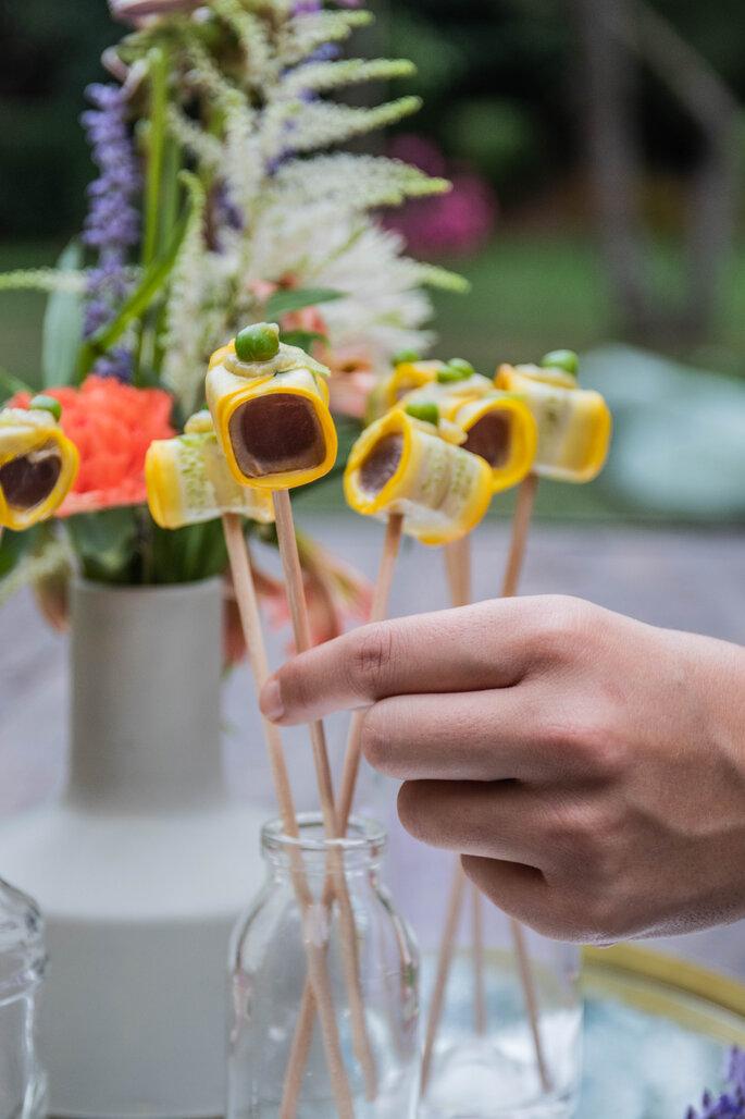 Un invité se sert des amuse-bouches au vin d'honneur d'un mariage
