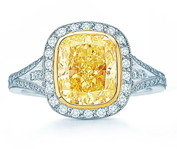 Anillo de compromiso con un elegante diamante amarillo - Foto Tiffany & Co.