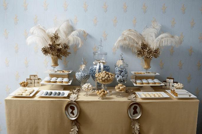 Decoración de mesa de postres con estilo elegante en color dorado y azul plata - Foto Amy Atlas