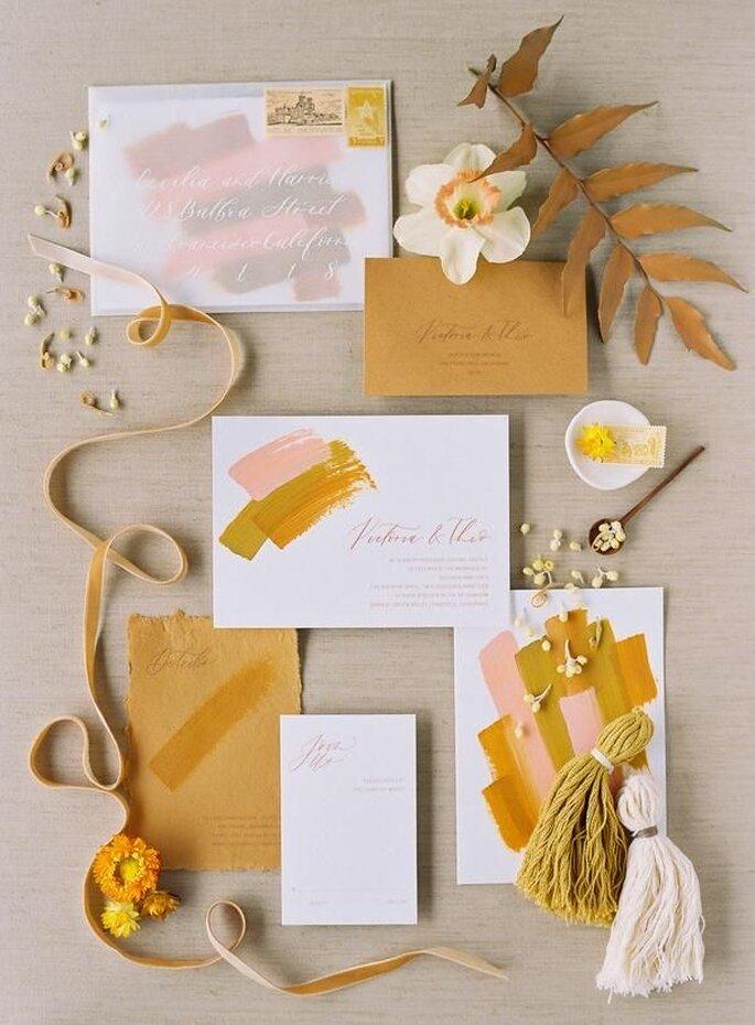 Hochzeitseinladungen Trends modern mit Spachteltechnik Pinselstrich in senfgelb mustard und rosa