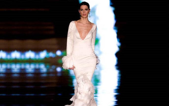 """El vestido """"estrella"""" de la colección, con plumas y escote pronunciado"""