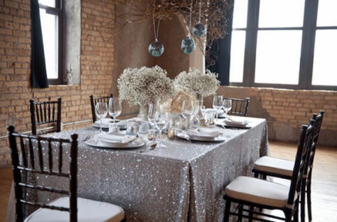 Décoration de tables de mariage inspirée par Noel avec des touches métalliques - Photo Emily Steffen