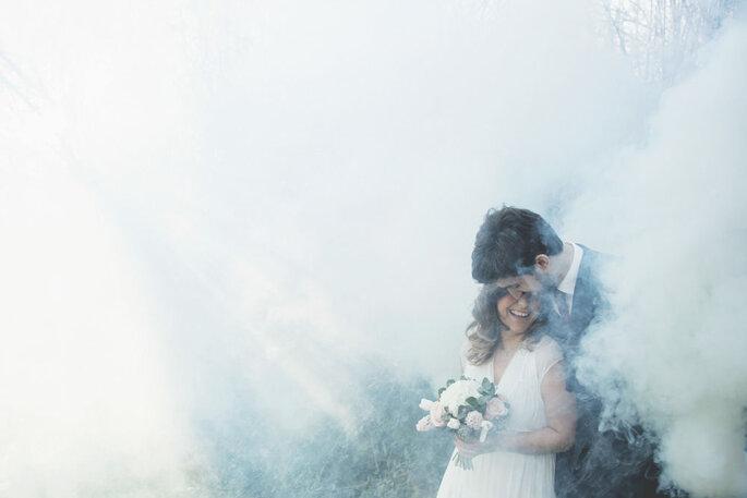 Coppia innamorati neo sposi nella nebbia