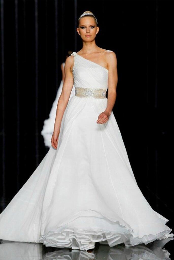 Karolina Kurkova con un vestido de novia Pronovias 2012 con un hombro al aire