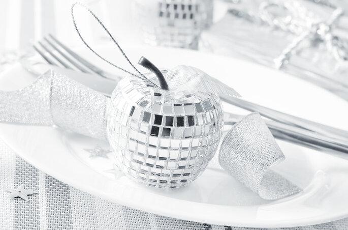 Decoración para mesas de banquete en blanco y plata. Foto vía Shutterstock