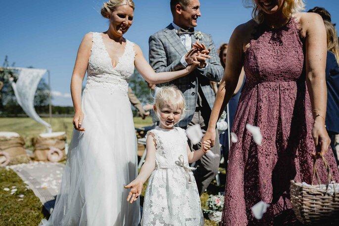 Brautpaar. Ankunft des Brautpaares mit Blumenmädchen