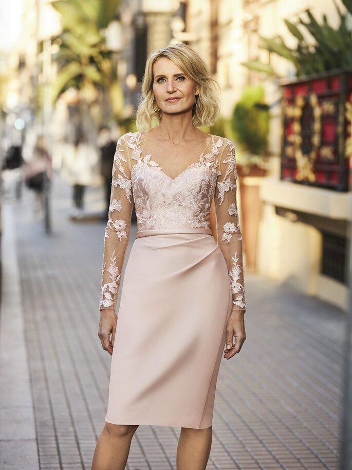 vestido de cerimónia com saia pelo joelho e corpo transparente rendado em tons nude Pronovias 2021