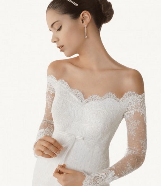 Robe de mariée romantique : épaules découvertes et manches longues. Photo via Beautiful in my way