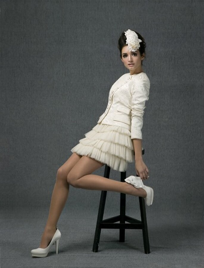 Blazer con cuello a caja, confeccionado en brocado de algodón y minifalda de volantes de tul sedoso - Santos Costura 2012