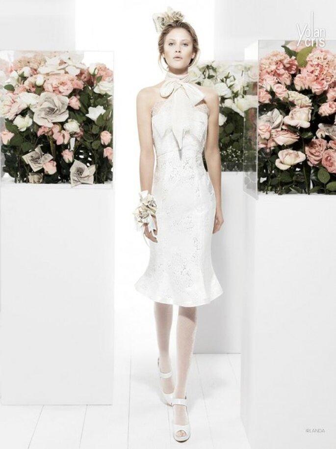 Vestido de novia corto con cuello de tortuga, accesorios y volados - Foto YolanCris