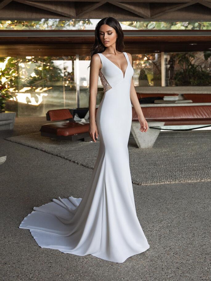 vestido de noiva corte sereia com decote em bico sem mangas com alças cauda real e transparência nas costas Pronovias Cruise 2021
