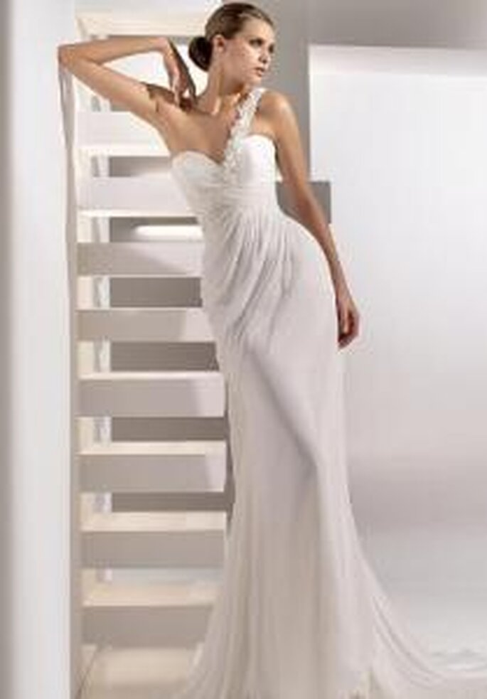 Pronovias 2010 - Gabriel, long dress with draped bodice, sweetheart neckline and decorative strap