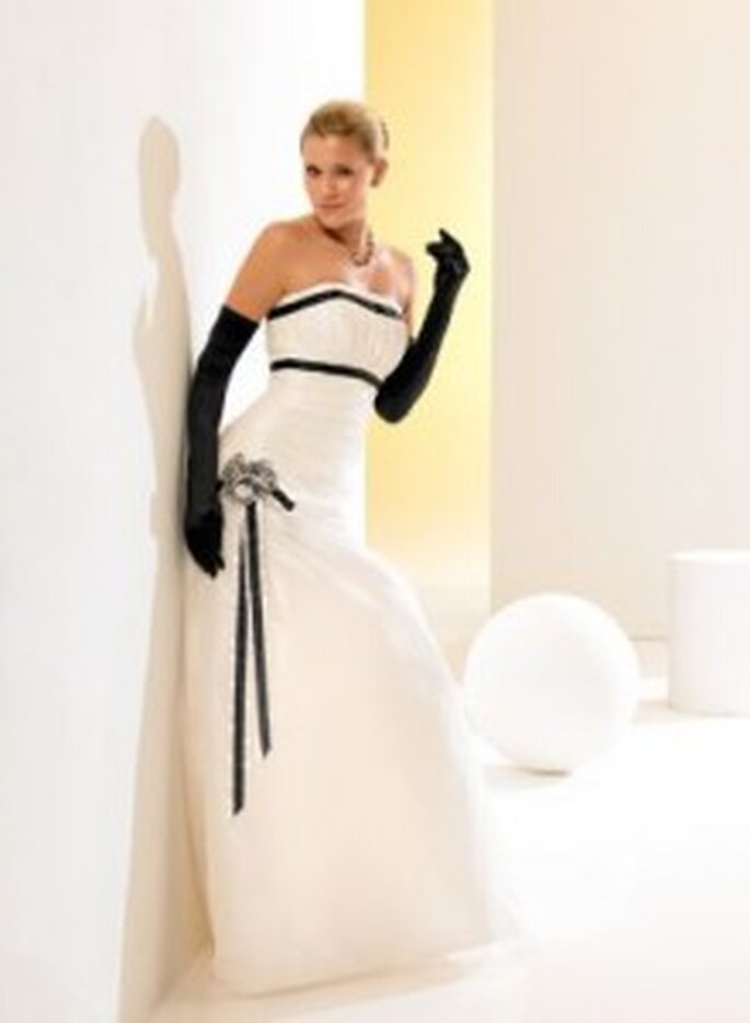 Weise 2010 Classic - Weißes Kleid aus Taft mit schwarzen Handschuhen und Bändern aus Satin, große Blume an der Hüfte