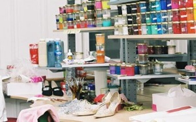 En su taller, cada par de zapatos es realizado de forma artesanal