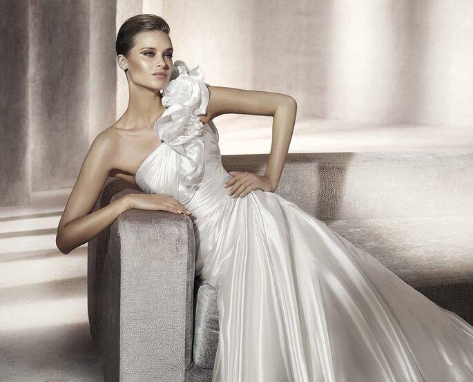 Para novias que quieran ir a la moda de esta temporada, con un sólo tirante. Modelo Pagoda-A. Foto: Pronovias