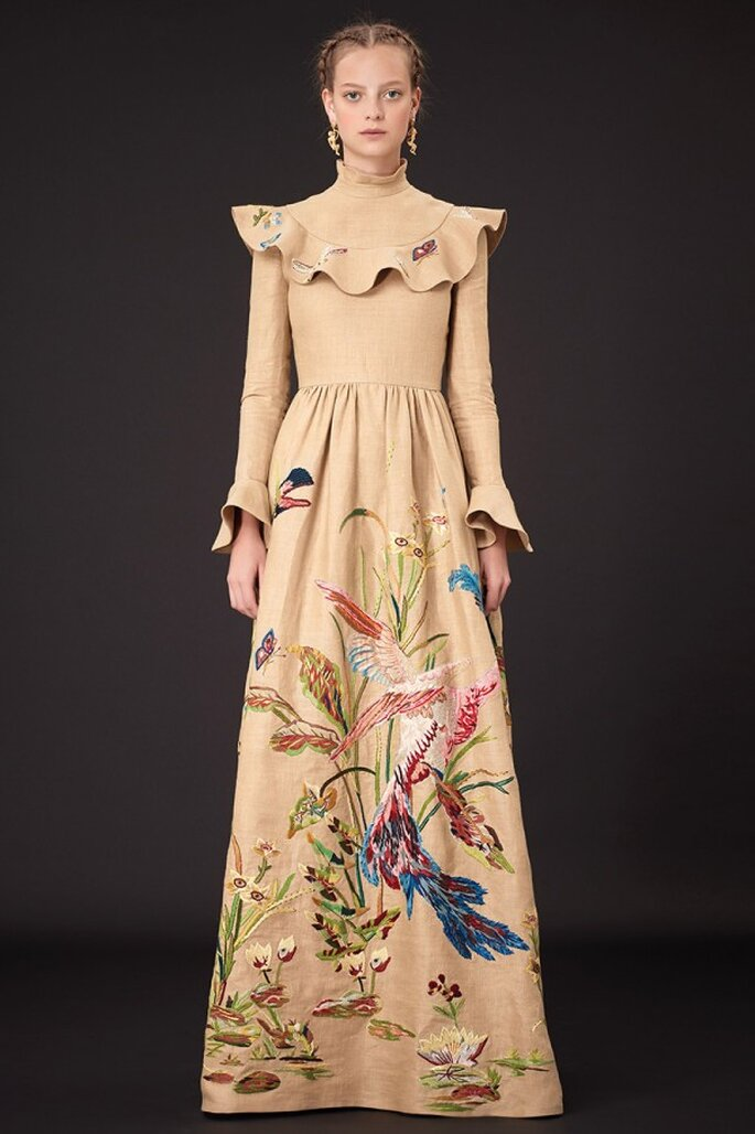Vestido de fiesta con silueta de carácter victoriano, volados en el cuello y estampados de colibríes multicolor en la falda - Foto Valentino