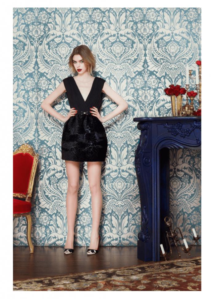 Vestido de fiesta en color negro con escote pronunciado en V  y falda texturizada - Foto Alice + Olivia