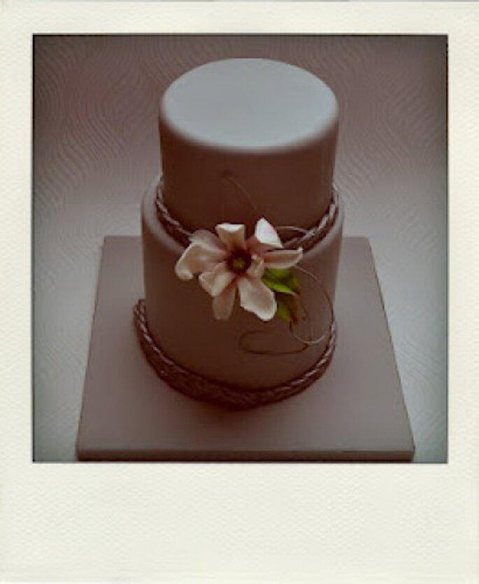 Pastel de dos pisos con arreglo floral. Foto de Tea Bakes