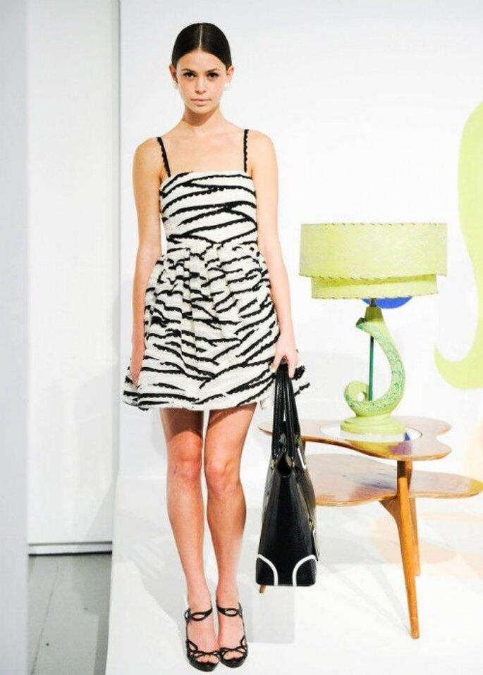 Vestido de fiesta corto con estampado en blanco y negro - Foto Alice + Olivia