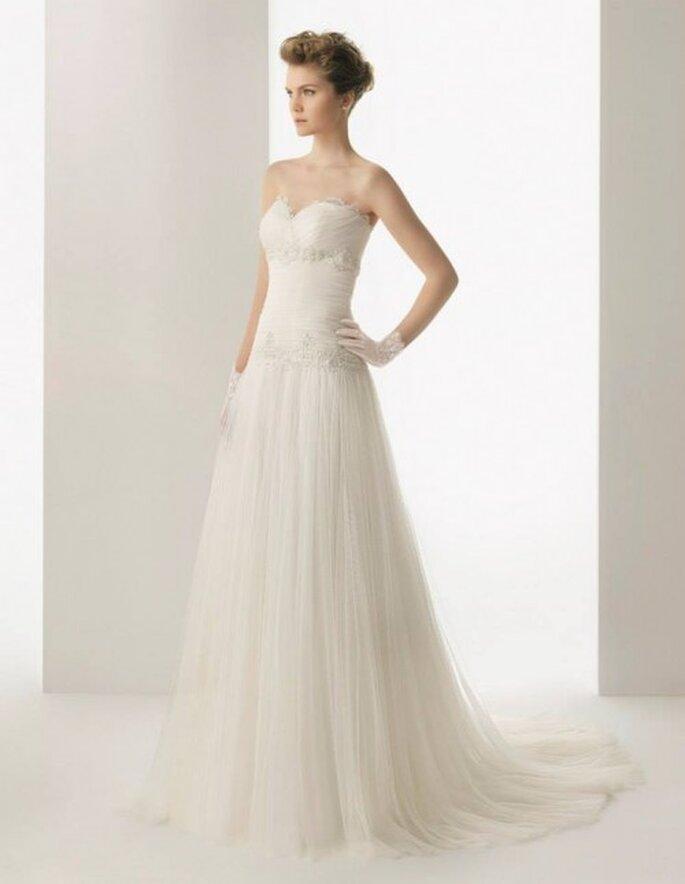 Vestido de novia 2014 confeccionado en tul de seda con detalles de encaje y pedrería - Foto Rosa Clará