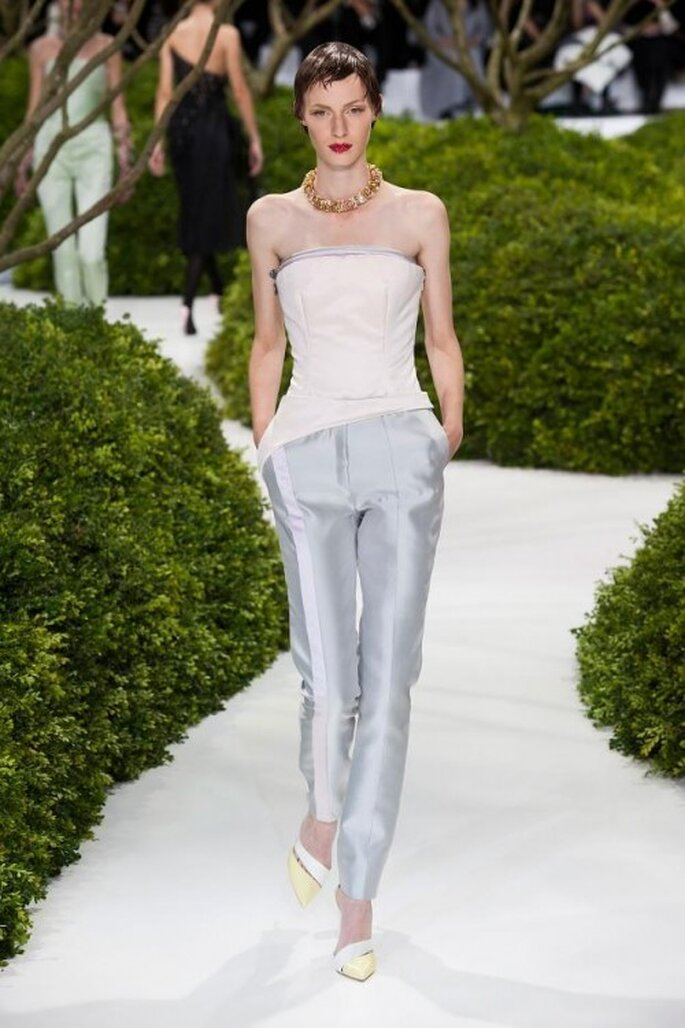 Pantalones de fiesta 2013 en color azul pálido con top de escote strapless en tono blanco a juego y collar estilo choker dorado - Christian Dior