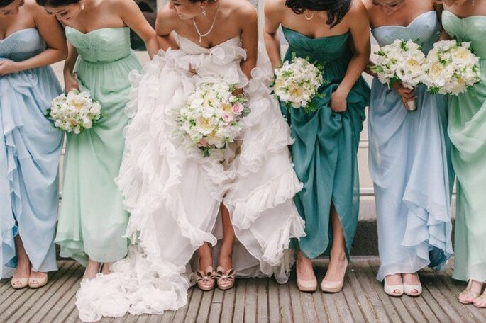 Tus damas de boda se verán espectaculares con un vestido de diferente color - Foto Judy Pak Photography