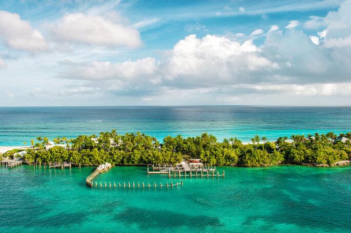 So Traveling île avec des palmiers et l'océan tout autour