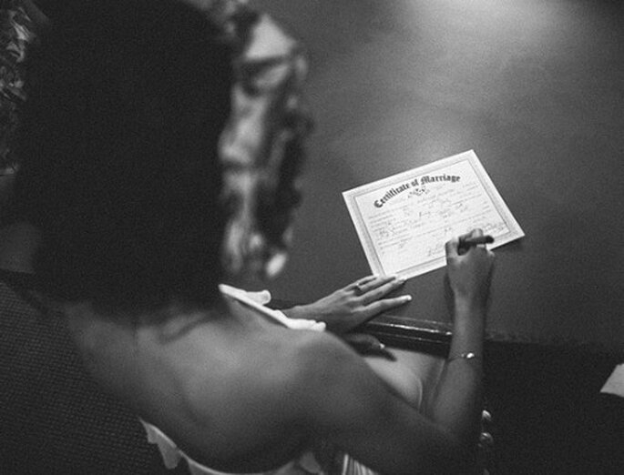 Schreiben Sie lustige Anekdoten in die Hochzeitszeitung – Foto: One Love Photo