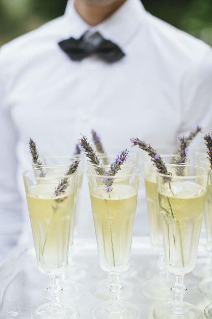 L'Eveil des Papilles - Boissons aromatisées à la lavande disposées sur un plateau tenu par un serveur
