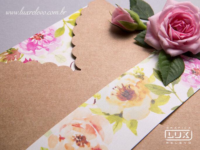 Detalhe do envelope em papel kraft da Gráfica Lux Relevo