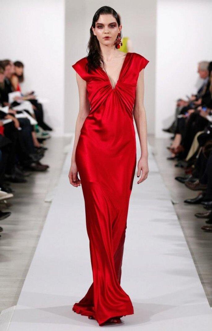 Vestido de fiesta elegante en color rojo intenso para una boda en 2013 - Foto Oscar de la Renta