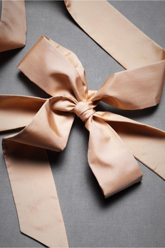 Lazo de seda en color rosa pálido para complementar vestido de novia - Foto BHLDN