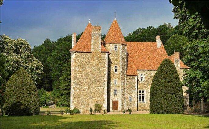 Le Château Saint Quintin et ses impressionnantes tours, entouré par son parc arboré