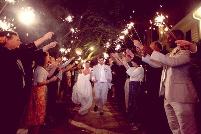Cierges magiques pour la sortie de l'église : une vision féerique. - Crédit : Simply Bloom Photography