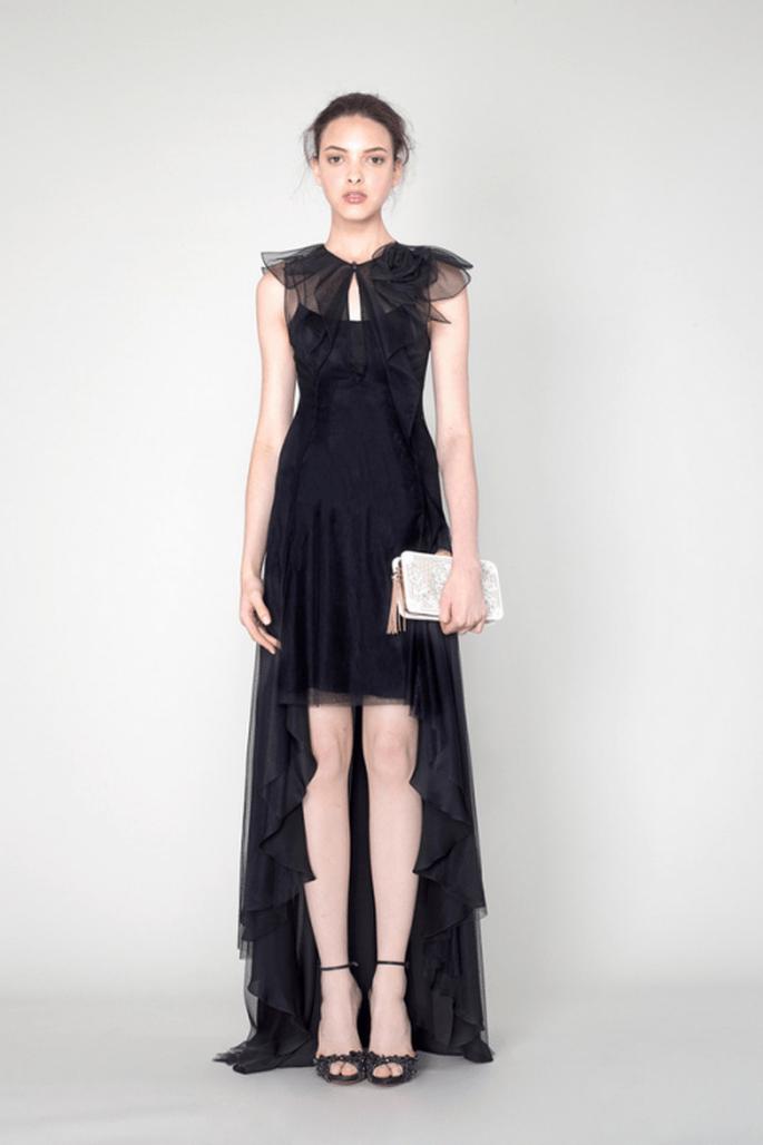 Vestido de fiesta color negro con cauda superpuesta y transparencias en mangas - Foto Marchesa