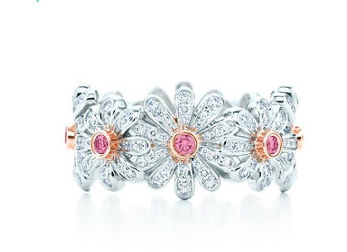 Anillo en forma de margarias, elaborado en platino y diamantes de color rosa y blanco - Diseño de Jean Schlumberger. Foto: Tiffany & Co.