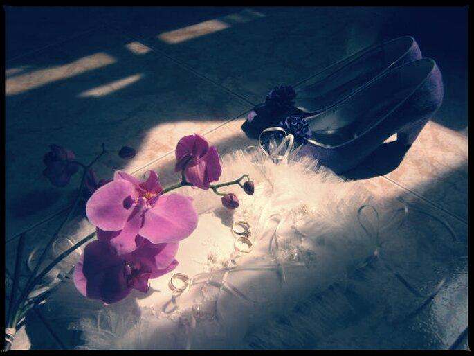 Zapatos de novia y flores. Boda de Lina & Carlos
