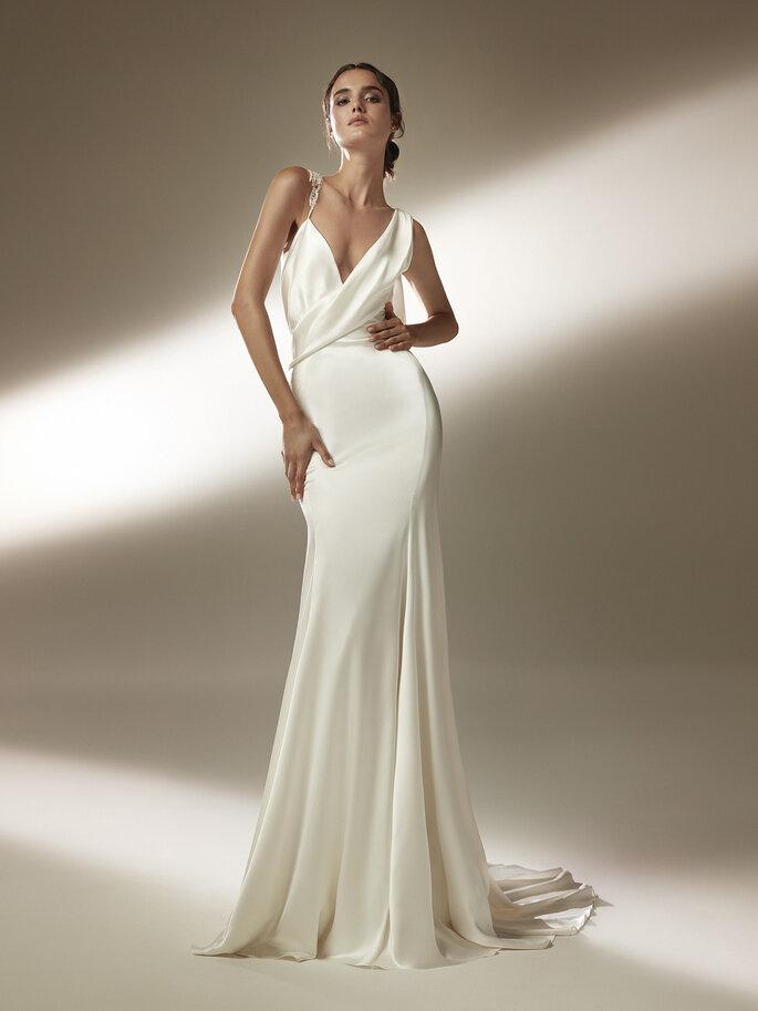 vestido de noiva em cetim sedutor com corpo drapeado saia de corte sereia com painéis e costas efeito tatuagem e motivo fluido de penas Pronovias Cruise 2021