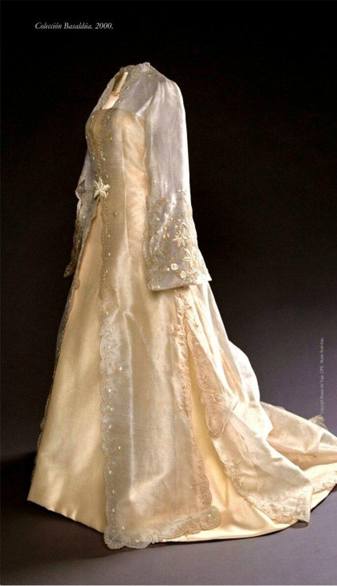 Vestido en otomán de seda cruda con abrigo en organza bordado en hilo dorado y seda. Donación de Chus Basaldua de la Quintana (2002)