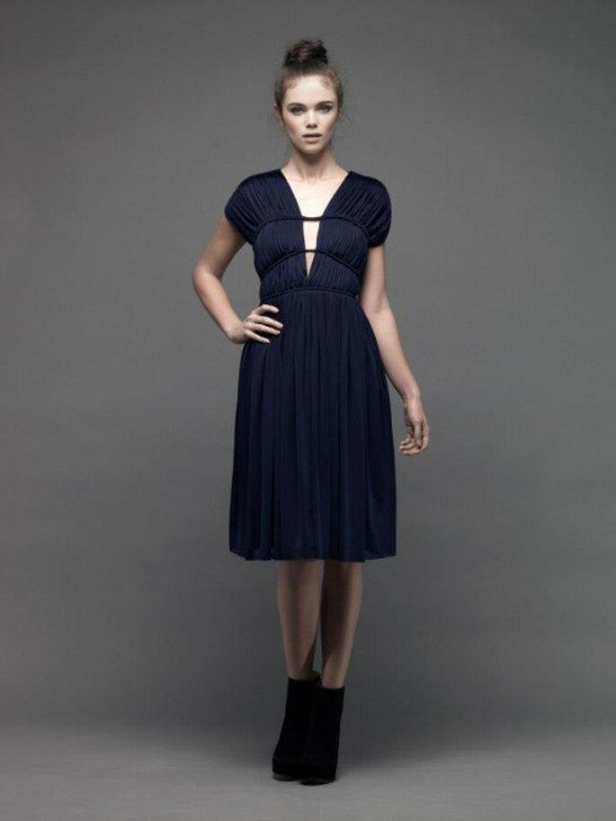 Vestido de fiesta corto en color oscuro con mangas cortas y escote en V pronunciado - Foto Catherine Deane