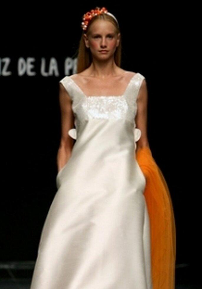 Agatha Ruiz de la Prada 2010 - Vestido largo en seda, corte evasé, escote cuadrado, cola naranja