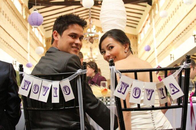 Banderines para señalar el sitio de los novios en la celebración. Foto: Lagus Media