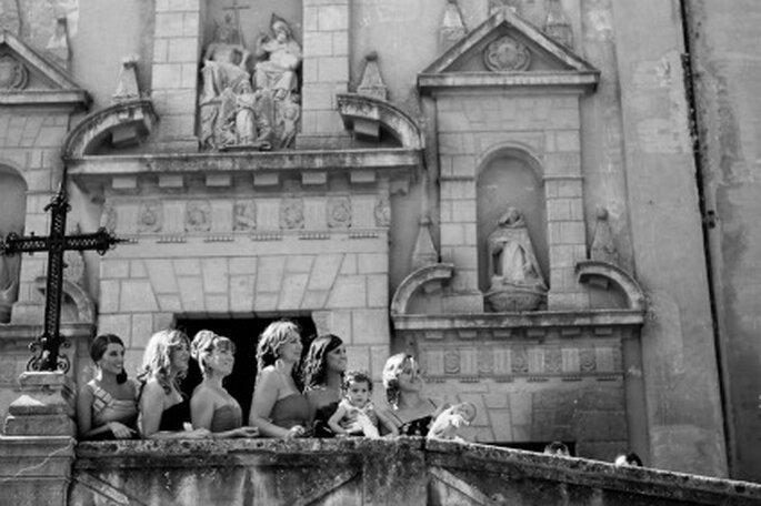 Algunas de las invitadas en la escalinata de la Iglesia- Foto: Valentín Gámiz