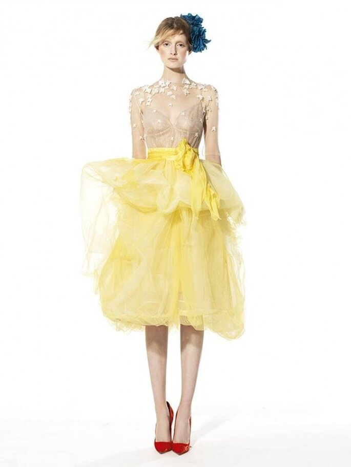 Vestido de fiesta con cuello ilusión y doble falda con volumen en color amarillo - Foto YolanCris