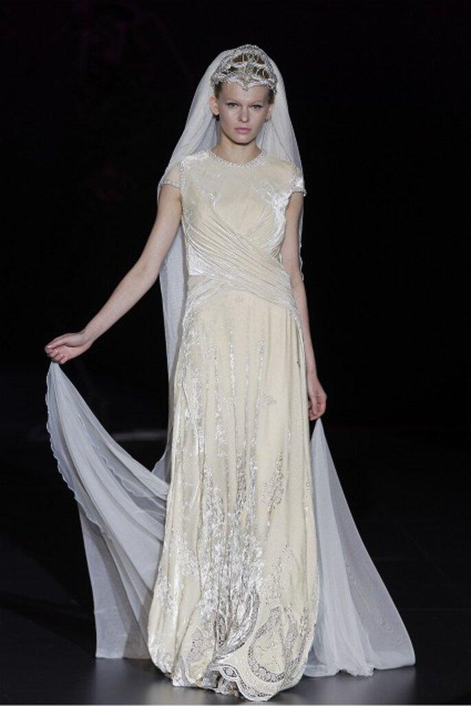 Abito da sposa in tessuto della collezione Isabel Zapardiez 2012